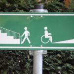 ARCHIV - Ein Schild weist am 20.10.2008 darauf hin, dass Fußgänger links eine Treppe und Rollstuhlfahrer rechts eine Auffahrt benutzen können. Seit Aufnahme ihrer Tätigkeit Anfang 2013 musste sich die Antidiskriminierungsstelle des Landes Schleswig-Holstein mit 139 Fällen beschäftigen. Foto: Fredrik von Erichsen/dpa (zu dpa «Knapp 140 Menschen wandten sich an Antidiskriminierungsstelle» vom 07.05.2015) +++(c) dpa - Bildfunk+++
